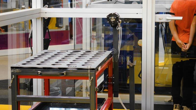Robotachtig sorterend systeem media De tang op universele robot sorteert details in slim pakhuis stock afbeelding