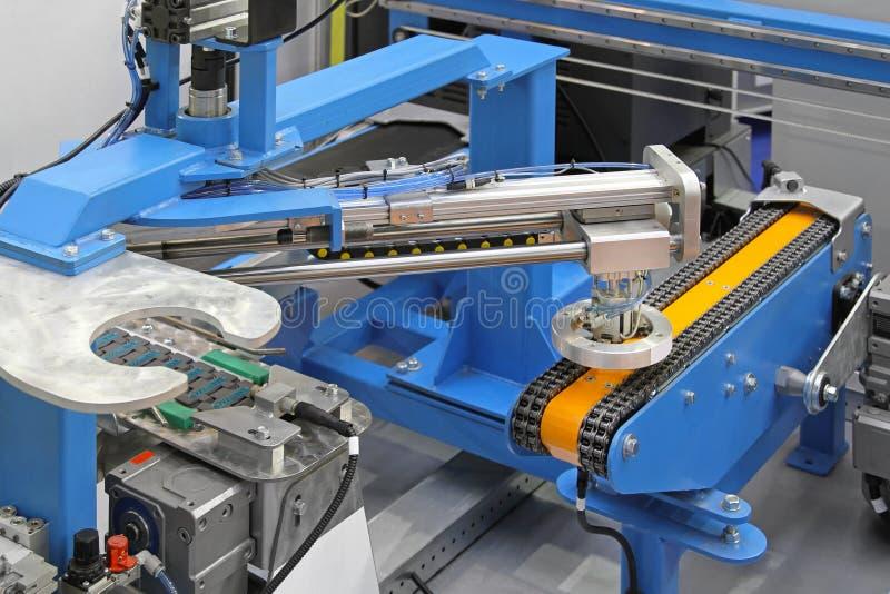 Robotachtig transportbandsysteem stock afbeelding