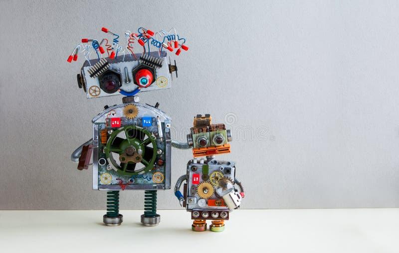 Robotachtige familie Het grote kapsel van de robot elektrodraad, stopwapen Klein jong geitje cyborg met het stuk speelgoed van de royalty-vrije stock afbeelding