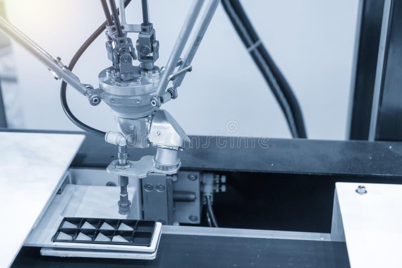 Robotachtige het aaneenschakeling-wapen gebruik in elektronikaproductielijn royalty-vrije stock foto's