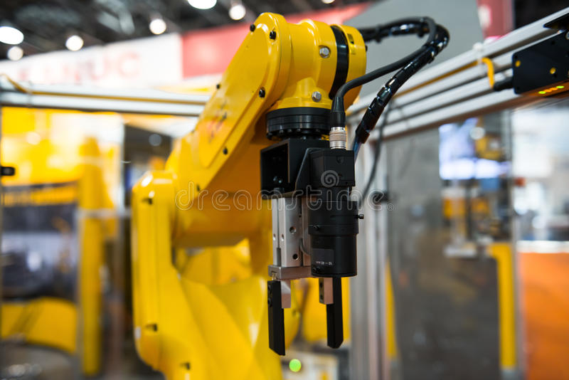 Robotarm i en fabrik royaltyfri bild