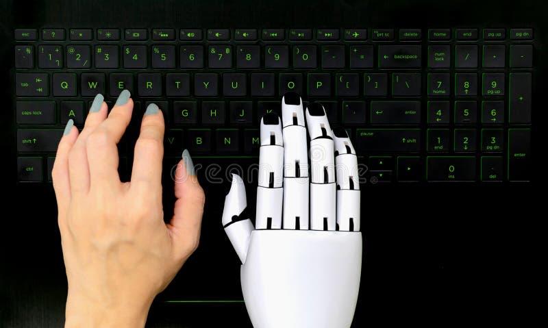 Robotconcept chatbot Menselijk hand en van de robothand het drukken computertoetsenbord royalty-vrije stock fotografie