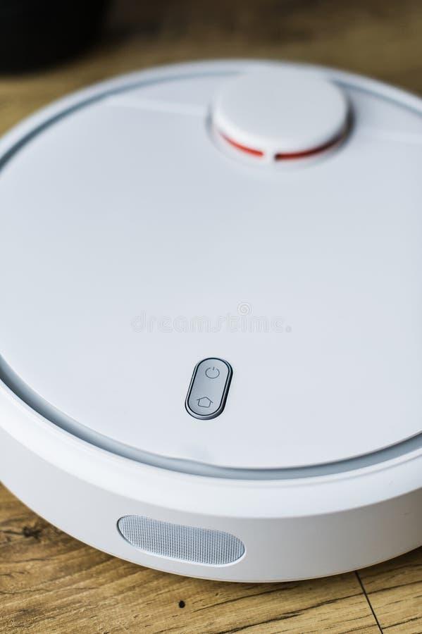 Robotdammsugare p? tr?golv Slapp fokus Smart hembegrepp Automatisk lokalv?rd royaltyfri fotografi