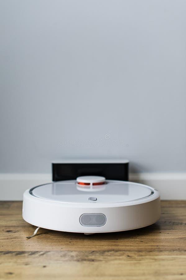 Robotdammsugare p? tr?golv Slapp fokus Smart hembegrepp Automatisk lokalv?rd arkivfoton