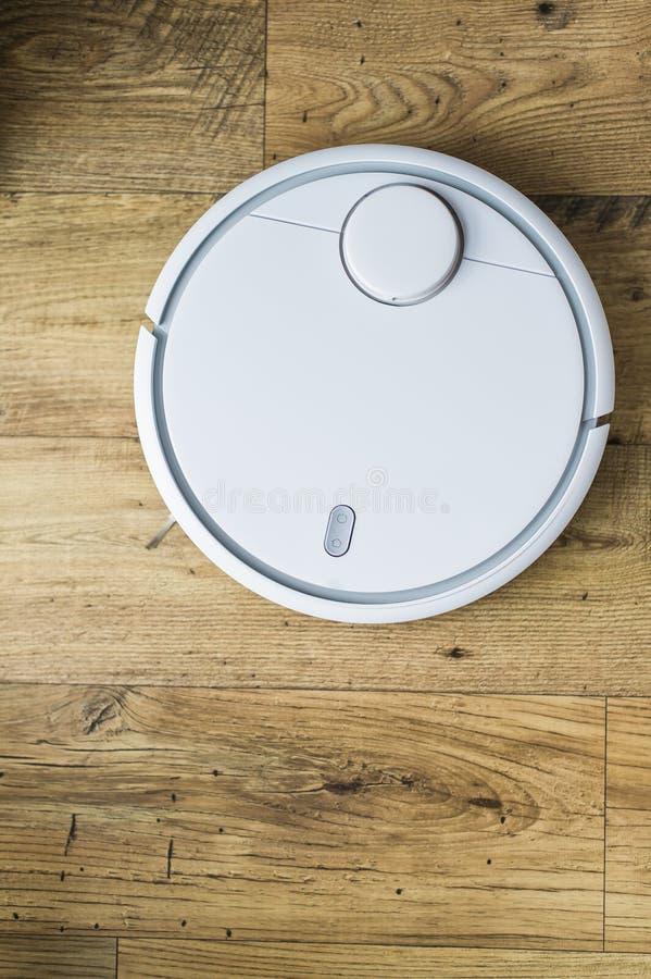 Robotdammsugare p? tr?golv ?vre sikt Smart hembegrepp Automatisk lokalv?rd fotografering för bildbyråer