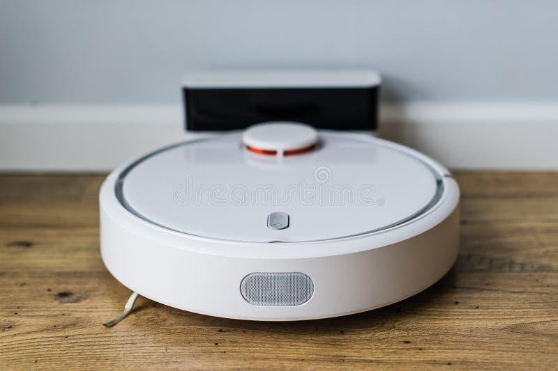 Robotdammsugare p? tr?golv ?vre sikt Smart hembegrepp Automatisk lokalv?rd royaltyfri foto