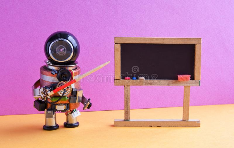 Roboten förklarar modern teori Lärare med en pekare nära den svart tavlan, begrepp för lära för maskin för konstgjord intelligens arkivfoton