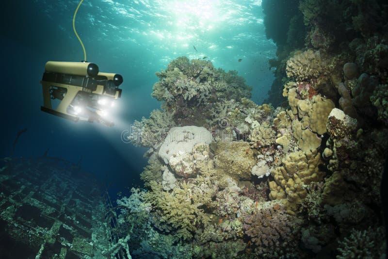 Roboten kontrollerar ett sjunket skepp arkivbilder