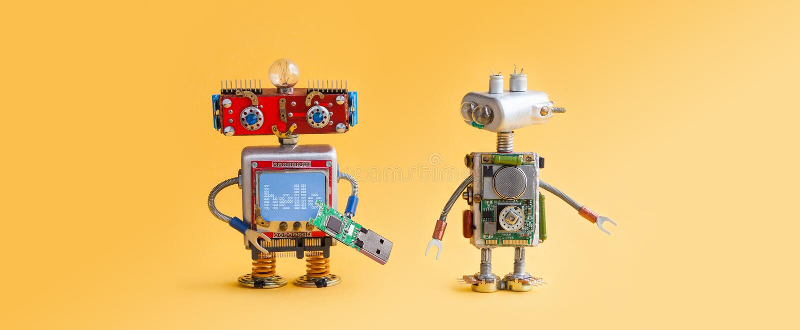 Roboter auf gelbem Hintergrund 4. Automatisierungskonzept der industriellen Revolution Computerservice-Wartung, Reparaturverlegen stockbilder
