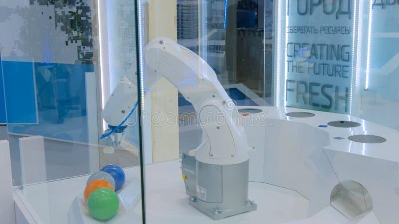 Roboter, der automatisch Abfall sortiert lizenzfreie stockbilder