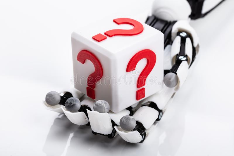 Roboter-Holding-Kubikblock mit Frage Mark Sign stockfoto