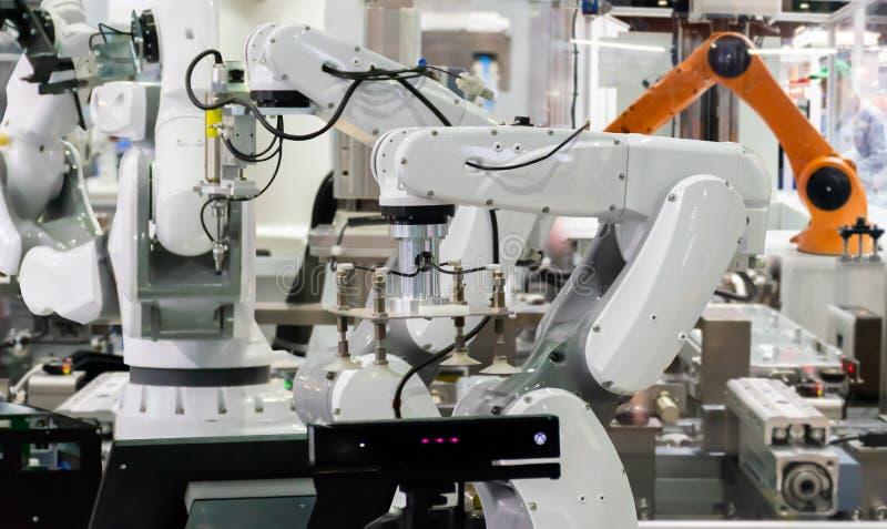 Roboter industrielle 4 0 des Sachentechnologieroboterarmes und -mannes, der Prüfer verwendet lizenzfreie stockbilder