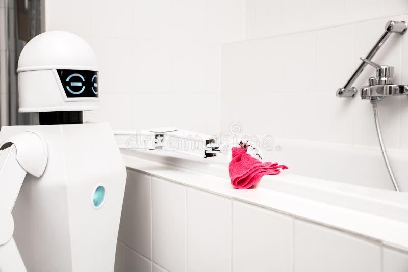 Roboter säubert die Badewanne stockfotografie
