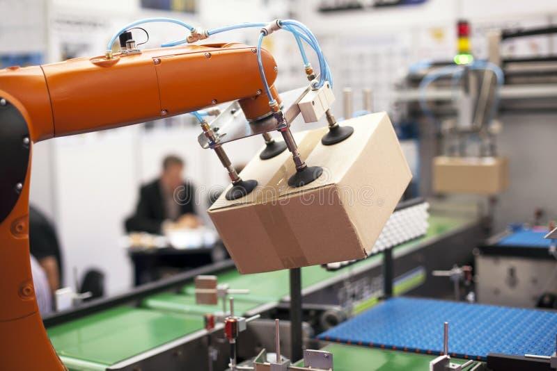 Roboterarm für das Verpacken lizenzfreie stockbilder
