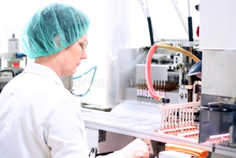 Roboterarm - pharmazeutische Maschinerie stockfotos