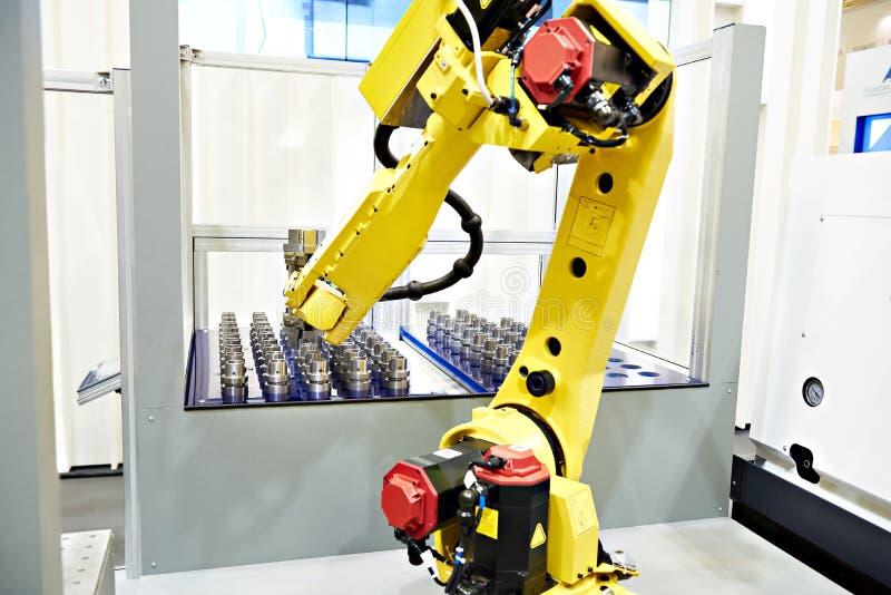 Roboterarm- und Metallwerkstücke stockfoto