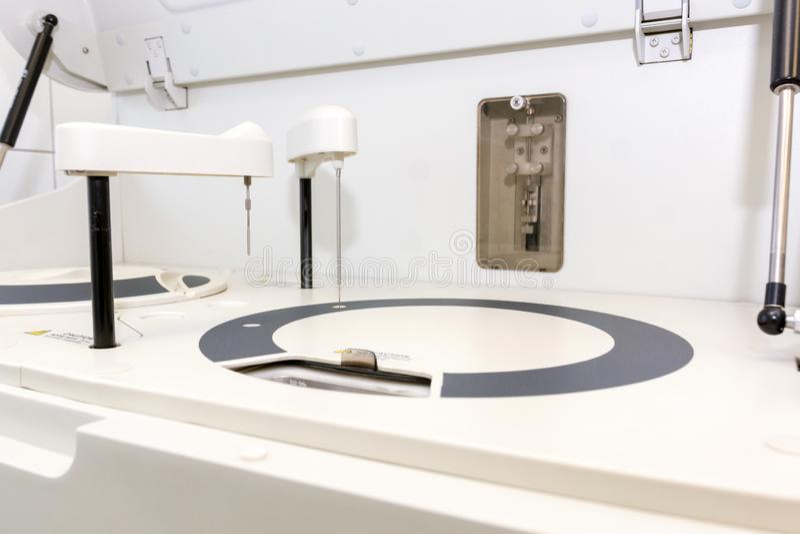 Roboterblutanalysator Blutprobe im Labor lizenzfreie stockfotos