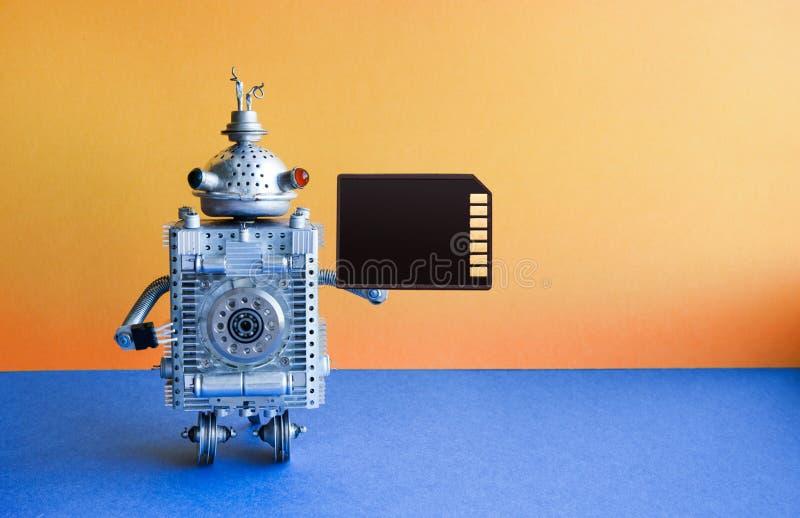 Robotercharakter mit zwei Rädern mit codierter Karte Gelbe Wand, blauer Bodenhintergrund Kopieren Sie Platz lizenzfreie stockfotos