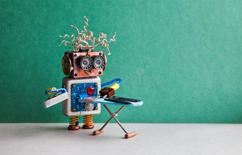 Robotergehilfe, der schwarze Hosen mit Eisen auf dem Brett bügelt Boden-Rauminnenraum der grünen Wand grauer Kreative Designspiel lizenzfreie stockbilder