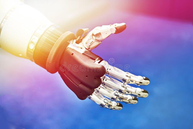 Roboterhand und -schmetterling stockfoto
