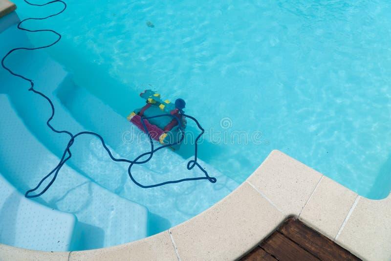 Roboterreinigungsswimmingpool stockbild