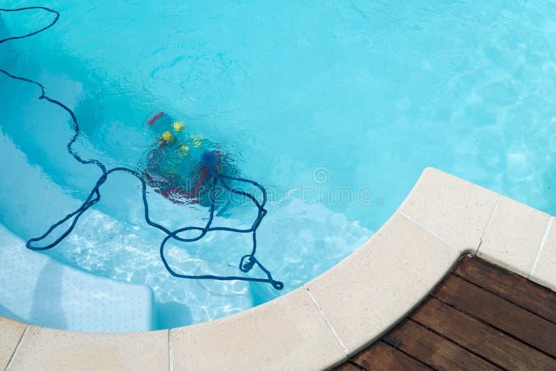 Roboterreinigungsswimmingpool lizenzfreies stockbild