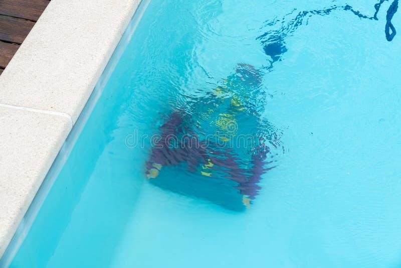 Roboterreinigungsswimmingpool stockfoto