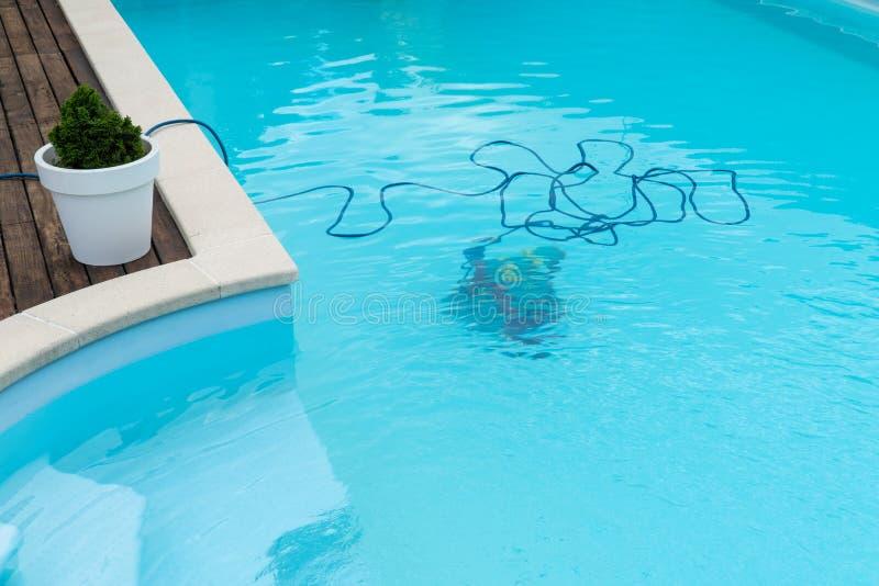 Roboterreinigungsswimmingpool stockbilder