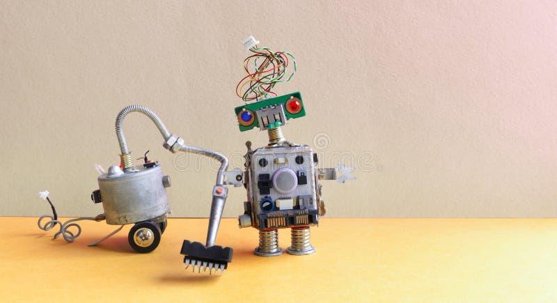 RoboterStaubsaugermaschine Raumservicekonzept Kreativer Designspielzeug Cyborg-Reinigungsboden Graues Wandgelb lizenzfreies stockbild