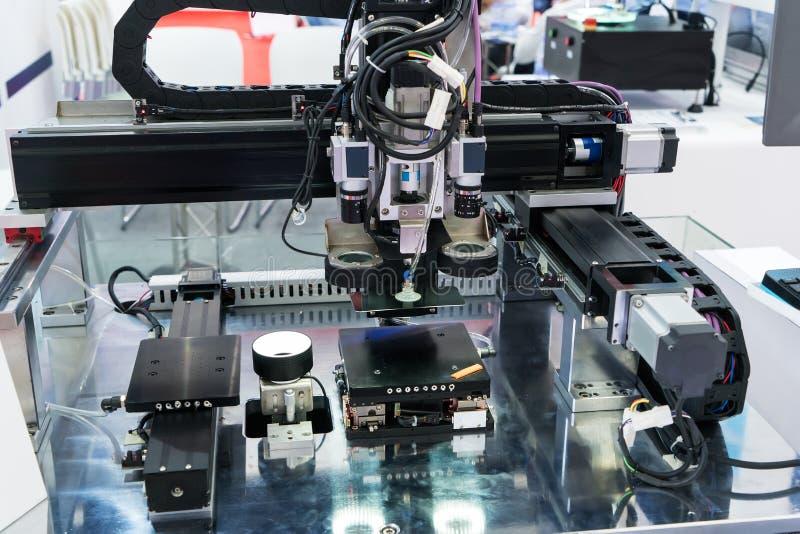 Robotersystem der industriellen Bildverarbeitung in der Telefonfabrik stockbild