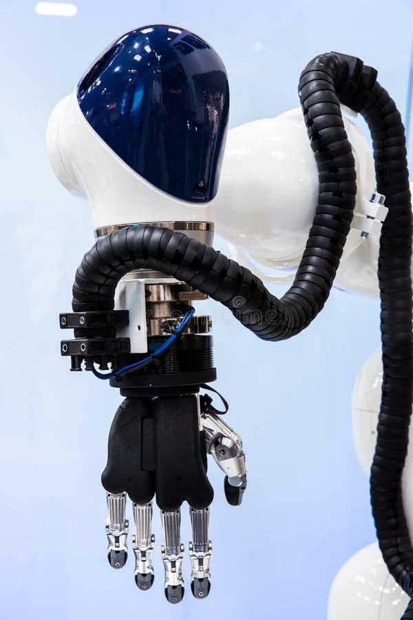 Robothand en vlinder royalty-vrije stock foto's