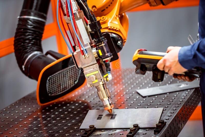 Robotic avlägset bitande system för fiberlaser royaltyfria foton