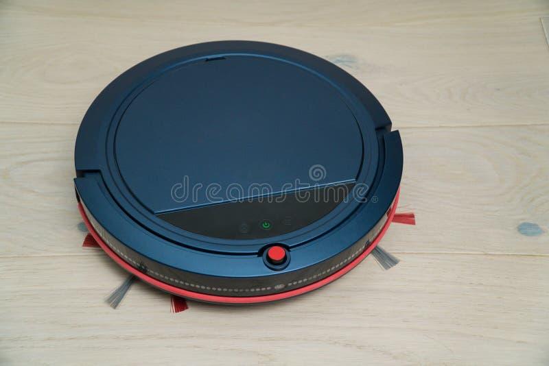 Robotic dammsugare på det wood golvet för laminat Smart reningsteknik arkivbild