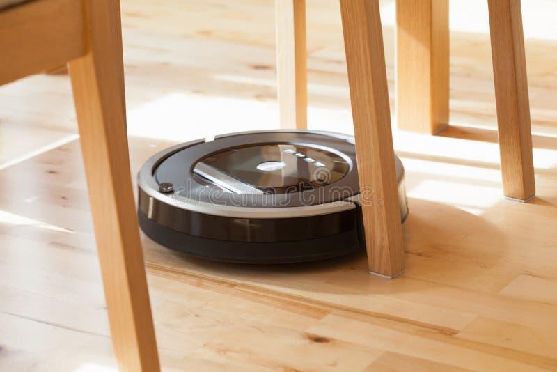 Robotic dammsugare på lokalvård för wood golv för laminat teknisk smart arkivfoto