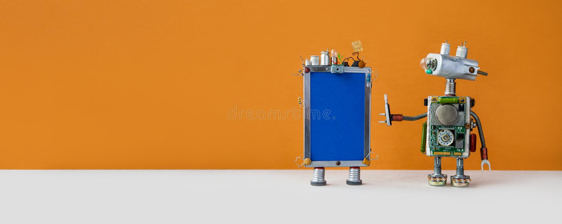 Robotic Helpline Customer Service-koncept Friendent robotassistent med modern telefon i brun bakgrund kopieringsutrymme royaltyfria foton
