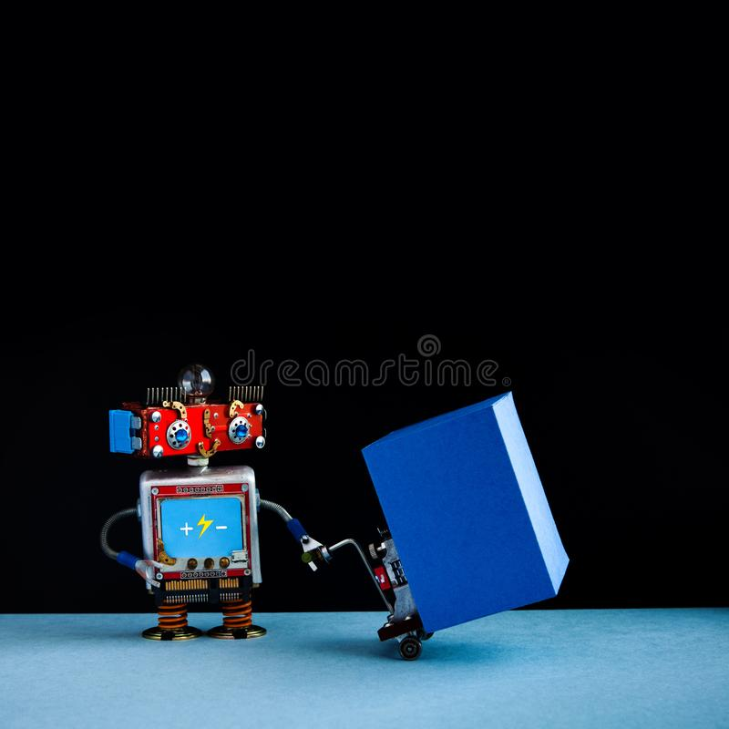 Robotic logistiskt hemsändningbegrepp Robotkurir som flyttar den stora blåa behållaren med den drev palettstålar gaffeltruck arkivfoton