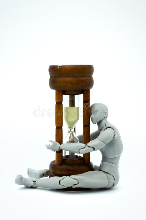 Robotmodel met zandloper Beeldgebruik voor tijd zich vooruit te bewegen stock foto's