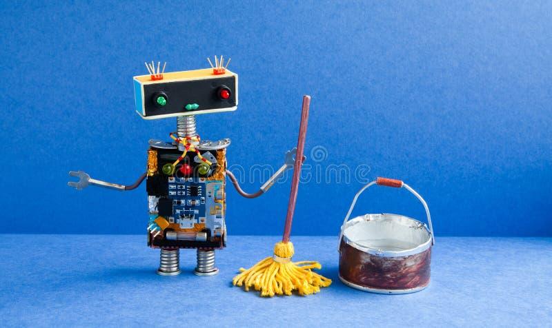 Robotreinigingsmachine met gele zwabber, emmer water, vegende vloer Het schoonmaken het concept van de wasbediening op de kamer C stock foto