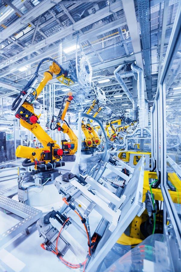 Robots in een autoinstallatie stock foto's