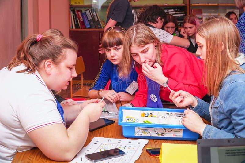 Robotteknikkurs med en uppsättning av Lego Studenter planl?gger maskinrobotar genom att anv?nda Lego royaltyfria foton