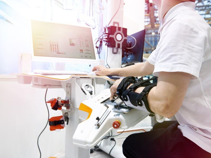 Robotteknikrehabiliteringapparater för bruk med handen fotografering för bildbyråer