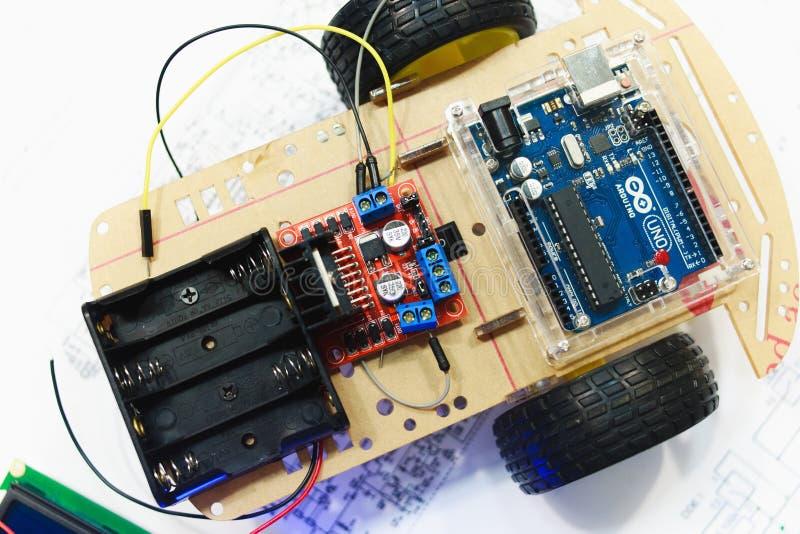 Robotteknikskapelse med arduinouno-mikrokontrolleren royaltyfri foto