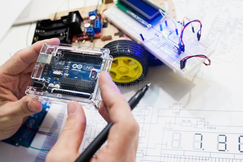 Robotteknikskapelse med arduinouno-mikrokontrolleren royaltyfri bild
