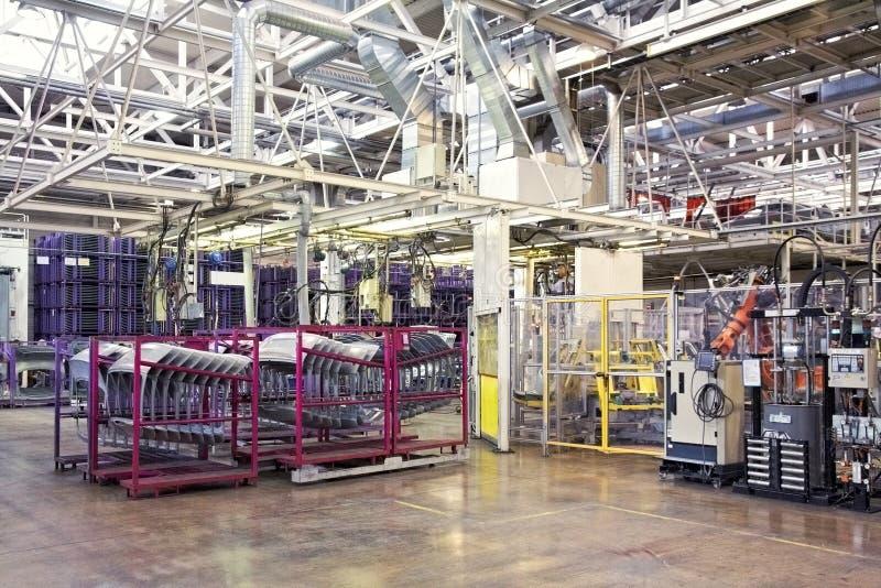 Roboty w samochodowej fabryce fotografia stock