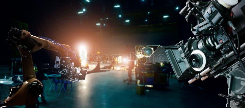 Robotyka automatycznych r?k maszyna robi? filmowi i reklamie telewizyjnej w studiu Kamera film Innowacja i technologia film fotografia stock