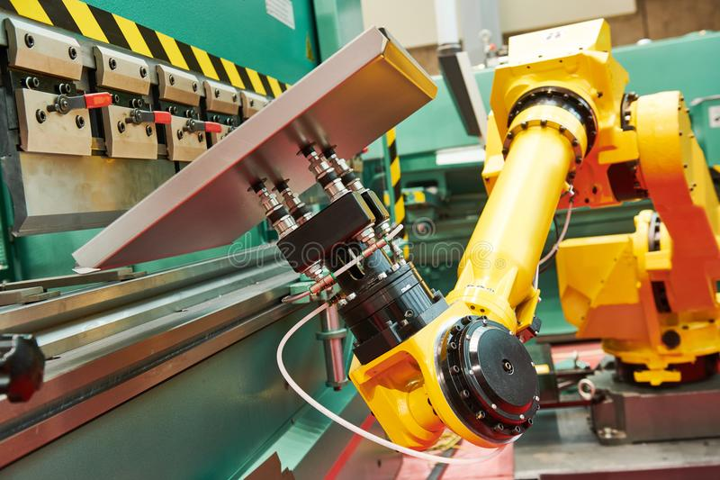 Robotyka w hydraulicznej prasy hamulcu lub chylenie maszynie dla szkotowego metalu obrazy stock