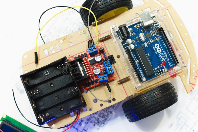 Robotyki tworzenie z arduino uno microcontroller zdjęcie royalty free