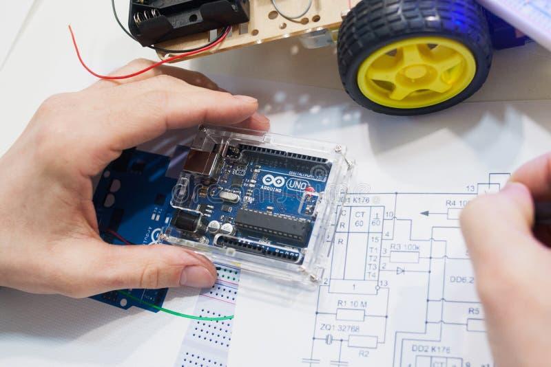 Robotyki tworzenie z arduino uno microcontroller obrazy royalty free