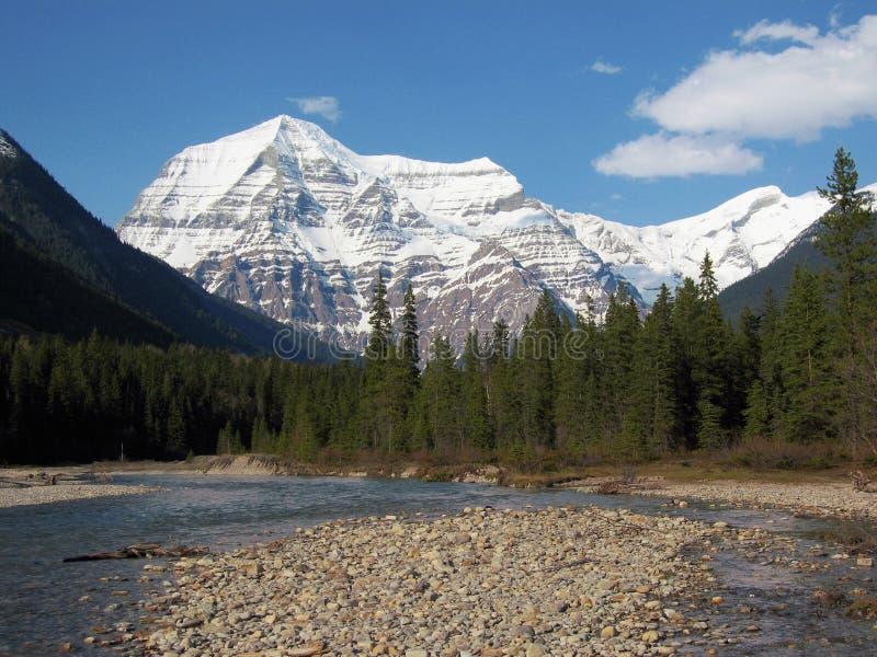 Robson River und schneebedeckter Berg Robson im Frühjahr, Britisch-Columbia stockfotos