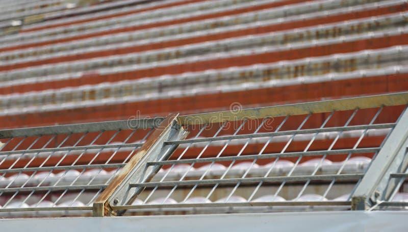 Robust metallskydd förtjänar i stadion för att avskilja fans på t royaltyfri bild
